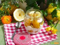 Dessert allo yogurt, pesche sciroppate e crumble al limone di Amalfi