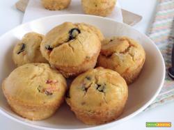 Muffin con straccetti di pomodoro e olive nere