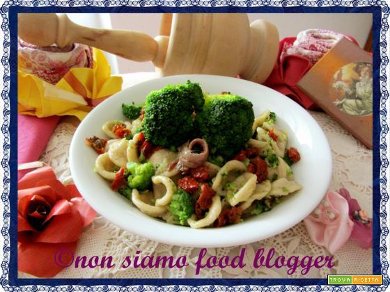 Orecchiette integrali con broccoli, pomodori secchi e acciughe
