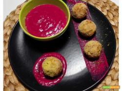 Polpette aromatiche di sedano rapa con crema di rapa rossa all'aneto