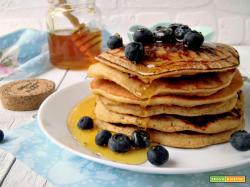Pancakes di farro con miele e mirtilli