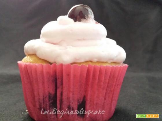 Cupcake ai mirtilli e frosting ai lamponi