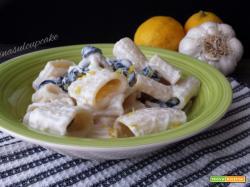 Mezzi rigatoni con crema di ricotta e olive