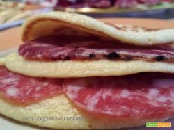 Pancakes salati con formaggi e salumi
