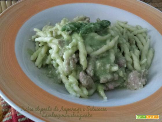 Trofie al pesto di asparagi, salsicce e noci