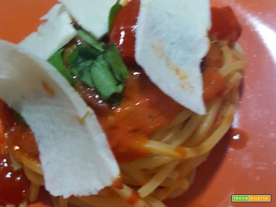 Spaghetti alla chitarra con vellutata di pomodoro del piennolo, pomodorini datterini, cozze, filetti di alici di cetara, olive taggiasche e scaglie di cacioricotta caprina