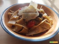 Pappardelle con ricotta di bufala e sugo di scarole, pomodorini datterini, olive taggiasche, noci tritate e scaglie di Parmigiano millesimato 30 mesi