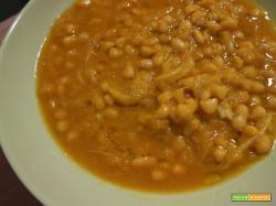 Zuppa di fagioli cannellini e verza alla curcuma