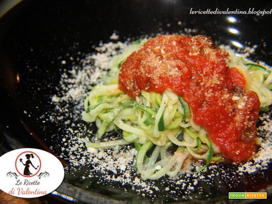 Spaghetti di zucchine al pomodoro e basilico con parmigiano di nocciole e mandorle