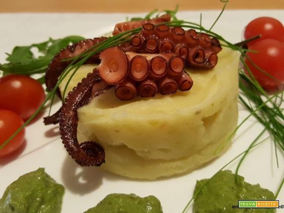 Purea di patate aromatizzato con erba cipollina, polpo e salsa con foglie di broccoli e noci