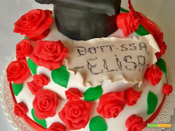 Torta con roselline in pasta di zucchero, al cacao, latte caldo e crema al mascarpone, per la laurea di Elisa