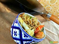 Spaghettini di riso alle verdure con curry, pollo e gamberi