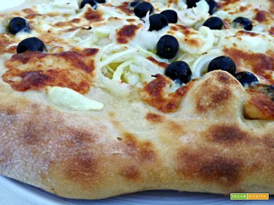 Pizza con Asiago, cipolle ed olive (con lievito madre)
