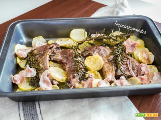 Costolette di agnello con patate e pancetta al forno