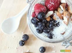Chia Pudding con Frutti di Bosco, Mandorle e Cocco