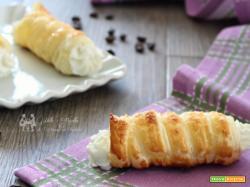 Cannoncini dolci di sfoglia con crema di ricotta