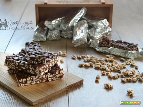 Barrette energetiche al cioccolato con farro soffiato e frutta secca