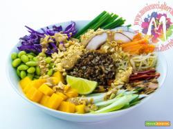 Thai Bowl di Riso Rosso, pollo, frutta e verdura con salsa piccante di arachidi