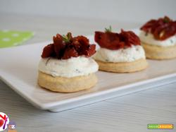 Mini cheesecake salate con pomodorini confit