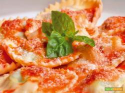 Ravioli di formaggio di pomodoro e basilico