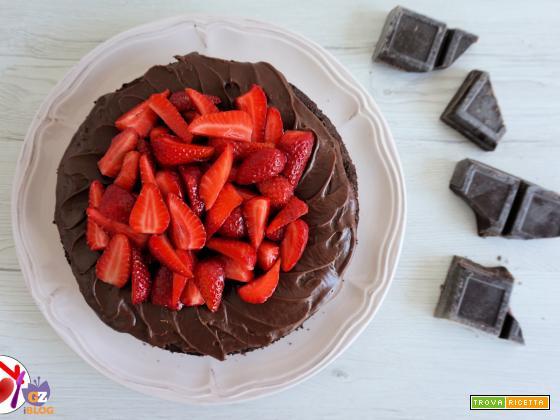 Torta con cioccolato, frutti di bosco e fragole