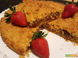 Crostata crumble al olio con farina di soia e confettura di fragole
