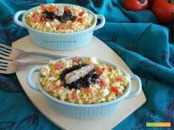 Insalata di cous cous con uova sode, sgombro e olive