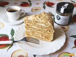 Torta a strati al miele con yogurt e panna