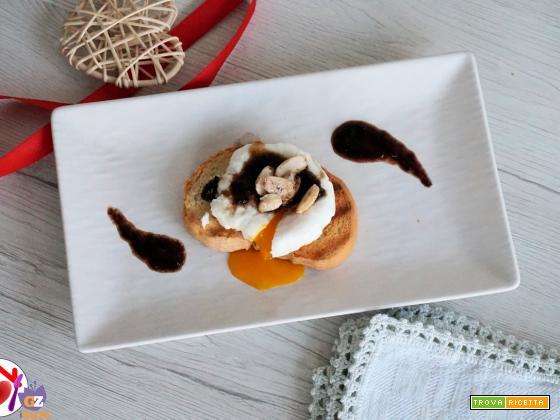 Uovo in camicia con salsa di ciliegie e mandorle