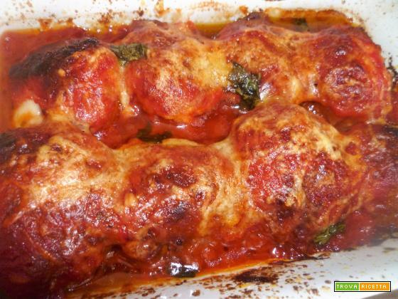 Polpette ripiene di mozzarella cotte nel pomodoro al forno