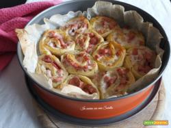Torta di rose salata con prosciutto cotto e wurstel