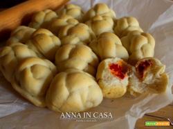 Nodini di torta Danubio al pomodoro e mozzarella