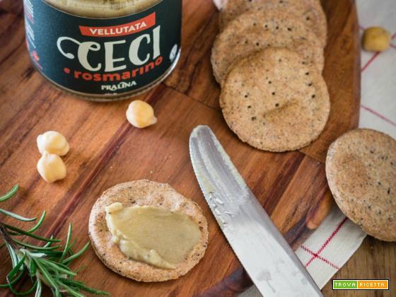 Crackers di grano saraceno con vellutata di ceci e rosmarino