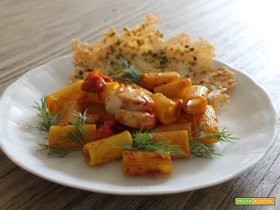 Mezze maniche pomodorini e capesante su cialda di pecorino e pistacchi
