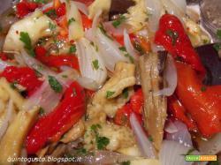 Insalata di peperoni, melanzane e cipolle arrosto