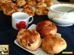 Mini panini al cioccolato impastati con la macchina del pane