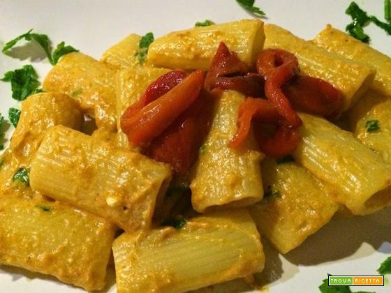 Pasta con crema di peperoni, ricotta e salsiccia