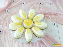 Panna cotta allo yogurt con base croccante al pistacchio e gelatina alle pesche