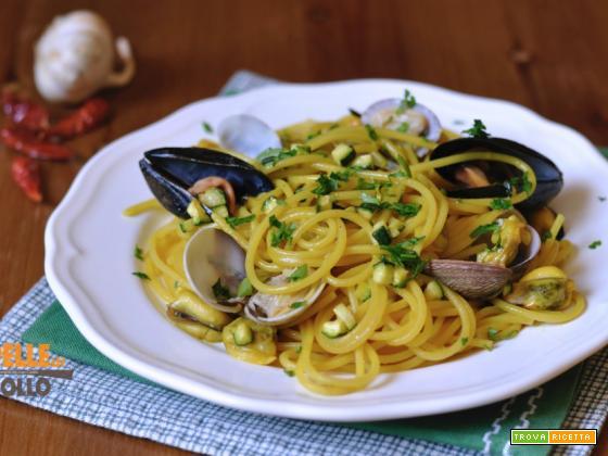 Spaghetti cozze e vongole con curcuma e zucchine