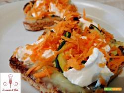 Crostini di pane integrale con crema di asparagi e verdure