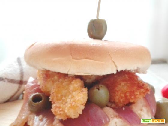 Hamburgers al pollo con crema di cipolle rosse e olive verdi