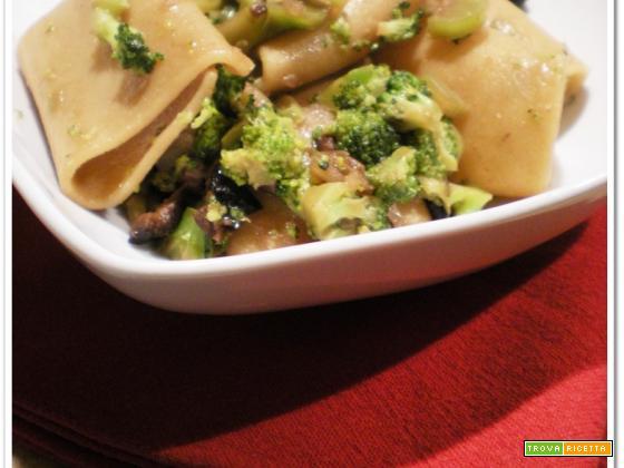 Paccheri con i broccoli, le acciughe e le olive nere