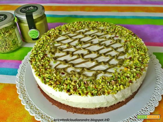 Cheesecake bicolore al pistacchio con base al cacao e granella di pistacchio
