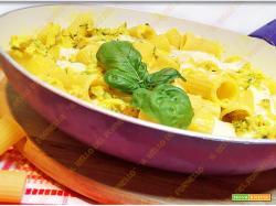 Pasta con zucchine e mozzarella cotta in padella