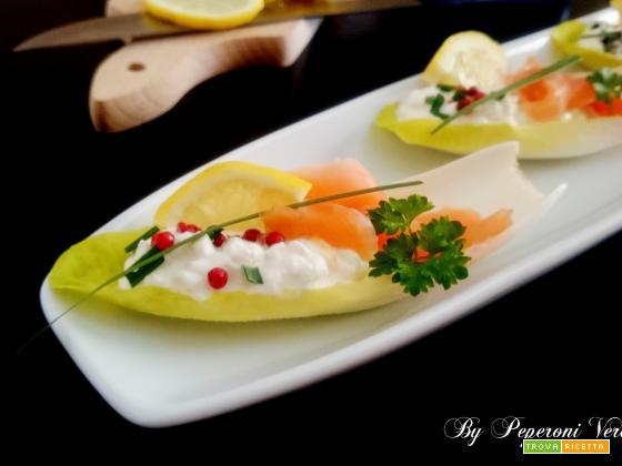 Barchette di indivia con fiocchi di latte e salmone