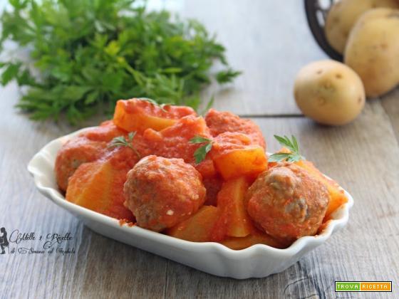 Polpette e patate nel sugo di pomodoro