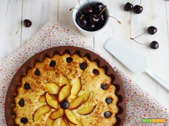 Torta morbida alle mandorle, pesche e ciliege