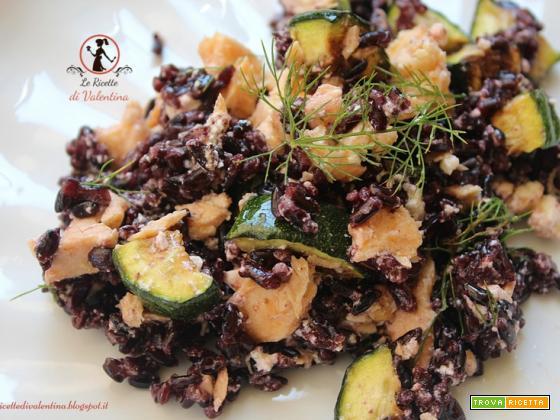 Insalata di riso venere con salmone, zucchine e feta