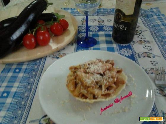 Penne corte rigate con melenzane su cialda di parmigiano