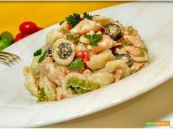 Pasta con salmone peperoni formaggio e olive